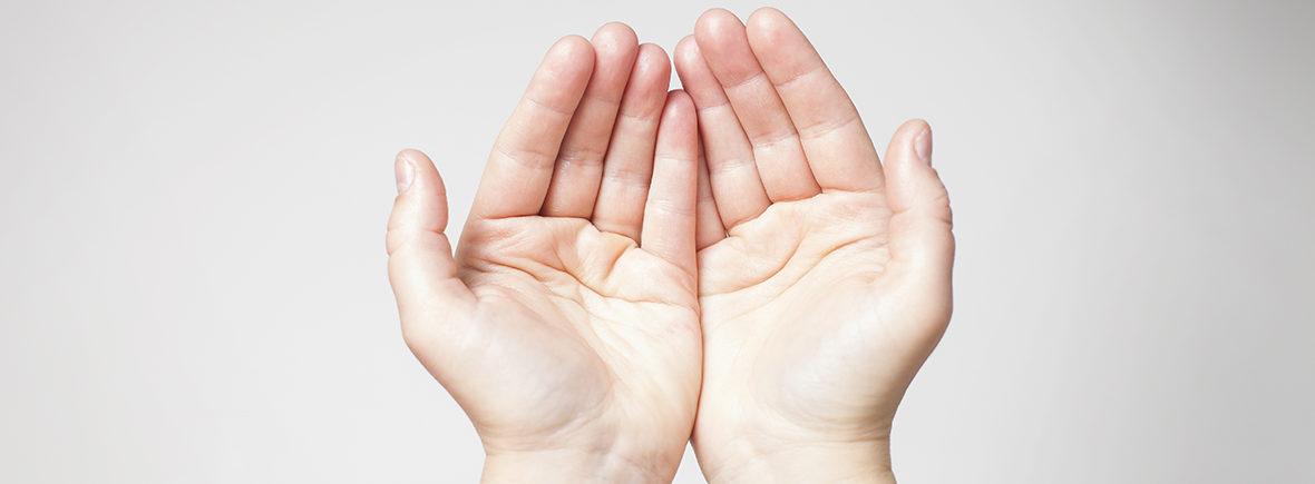 händer som stöttar under din förlossning