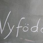 nyfödd i skrift på svarta tavlan