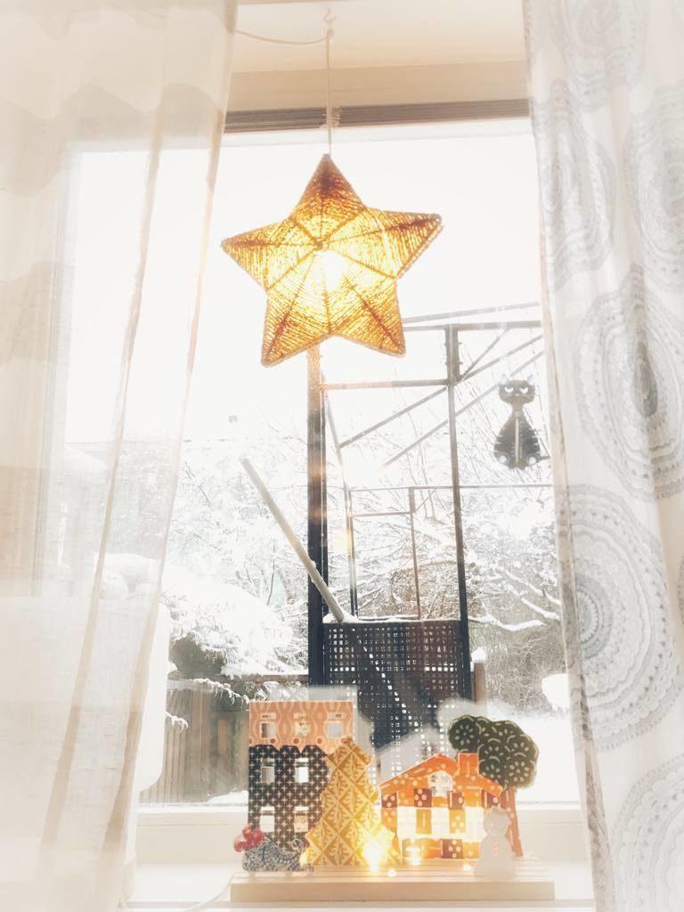 Adventsstjärna i fönster. Vinterbild.