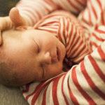 Spädbarn i mammas famn