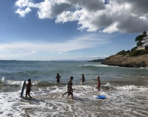 Barn som badar på en strand i Spanien.