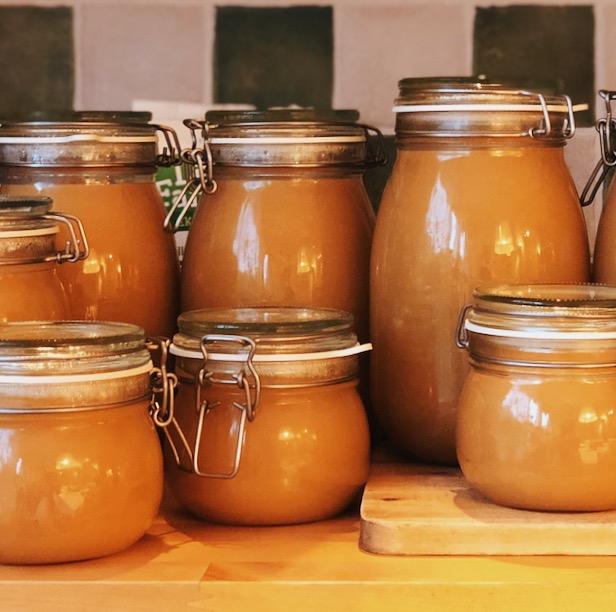Äppelmos i glasburkar