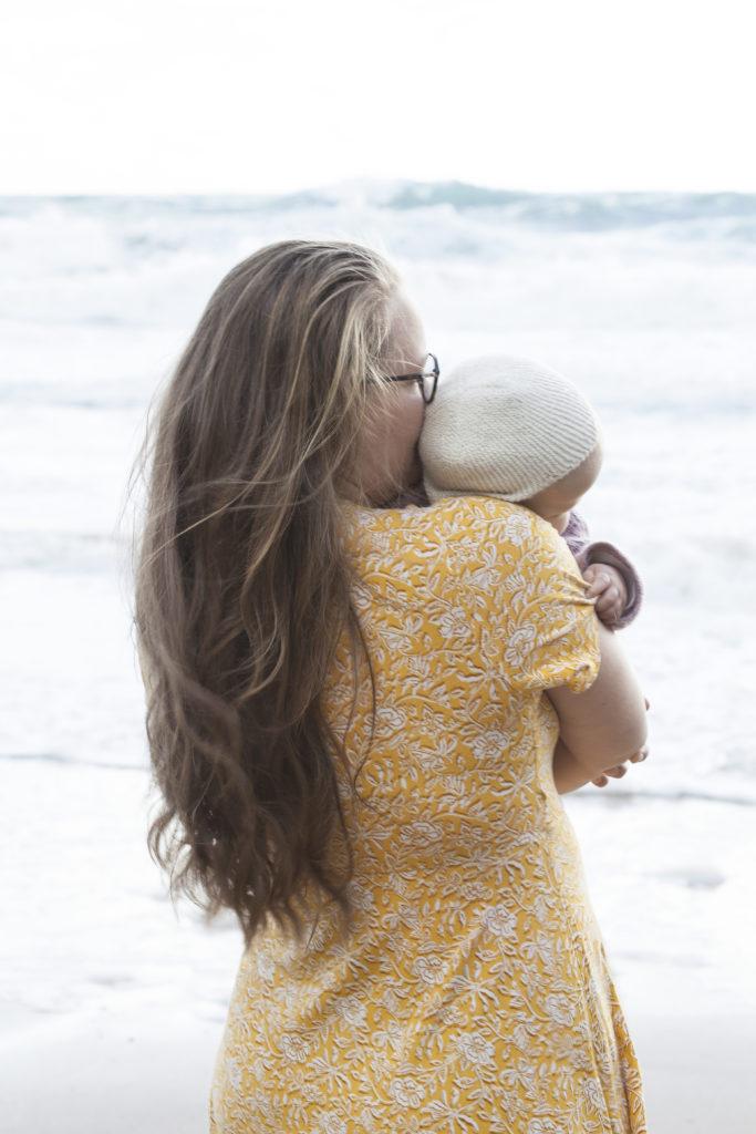 Mor och dotter vid havet